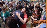 В Уральске родители встречали выходящих с ЕНТ детей громкими аплодисментами