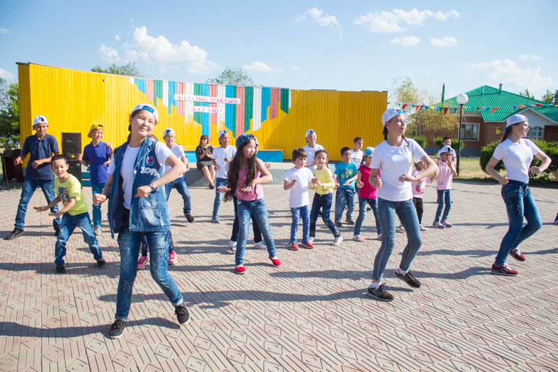 Новости - Компания «Toyota Центр Уральск» поздравила детей-сирот из детской деревни Ф1-Тойота центр 02.06.17