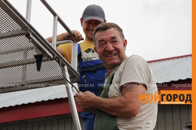Новости Уральск - Из-за плохих дорог у французских туристов в Уральске сломался автомобиль francuzy (4)