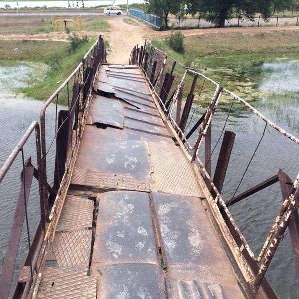 В Атырауской области сельчане ходят по опасному мосту most [800x600]