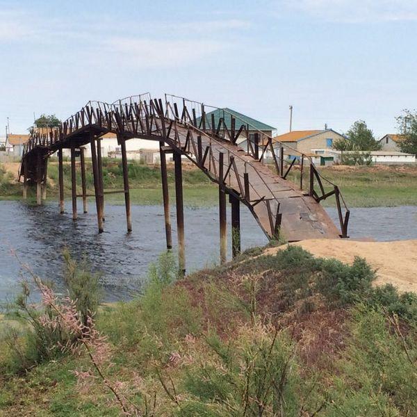 Новости Атырау - В Атырауской области сельчане ходят по опасному мосту most1 [800x600]