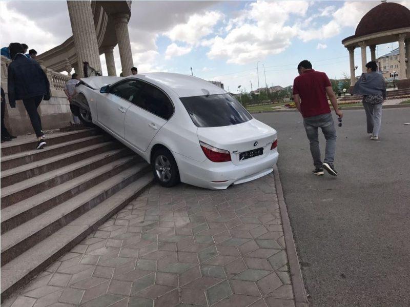 Новости Атырау - В Атырау водителя, въехавшего во Дворец бракосочетания, лишили прав Фото из социальных сетей