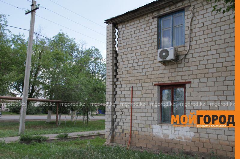 Новости Уральск - В Уральске снесут двухэтажку, которая расходится по швам