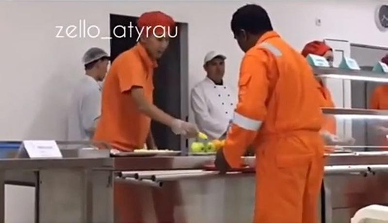 Новости Атырау - В столовой нефтяной компании Атырау иностранцам тайком выдают бананы Скриншот с видео