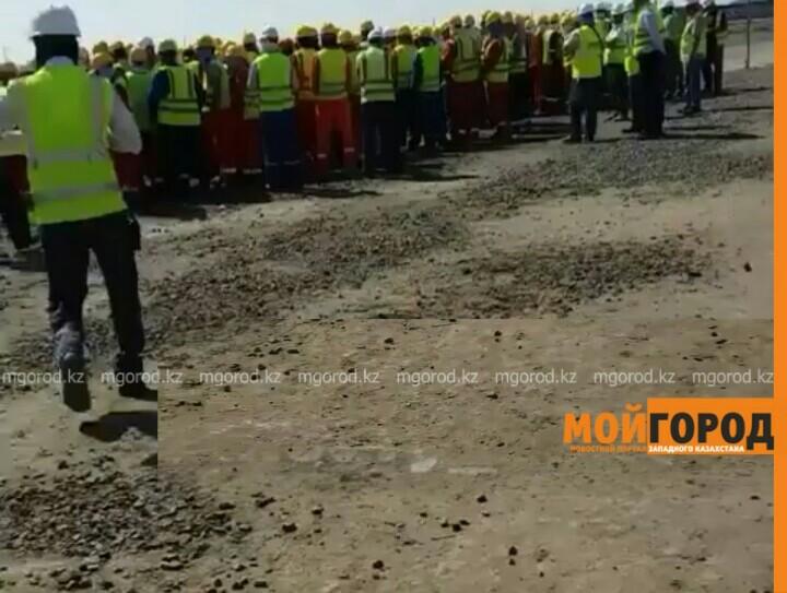 В Атырау рабочие Тенгиза устроили митинг, требуя повысить им заработную плату PicsArt_07-26-02.24.56