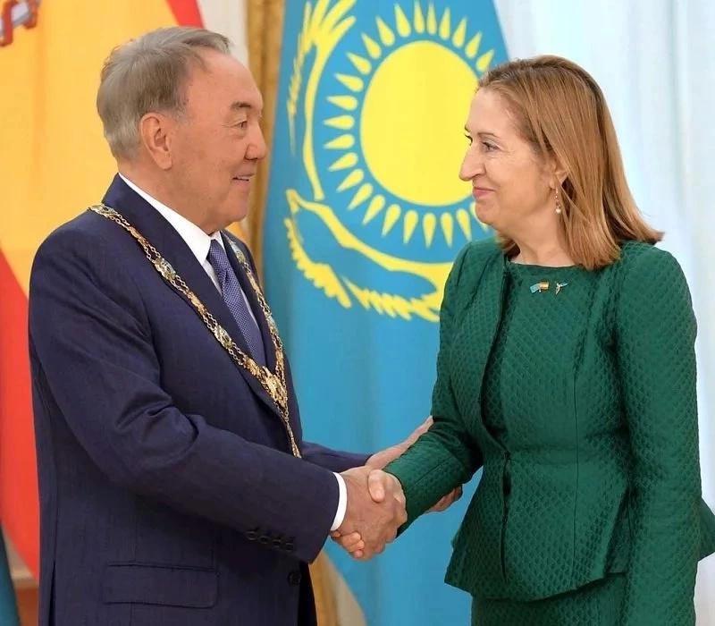 Новости - Назарбаева наградили орденом Изабеллы Католической vruchenie