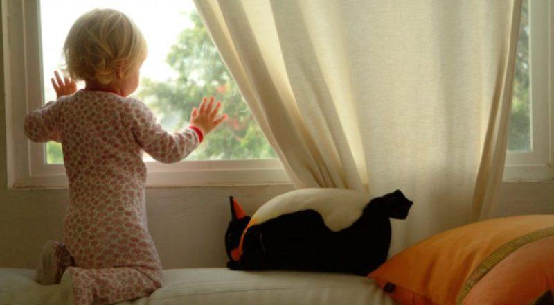 Новости Атырау - В Атырау из окна пятого этажа выпала годовалая девочка Иллюстративное фото с сайта Misanec.ru