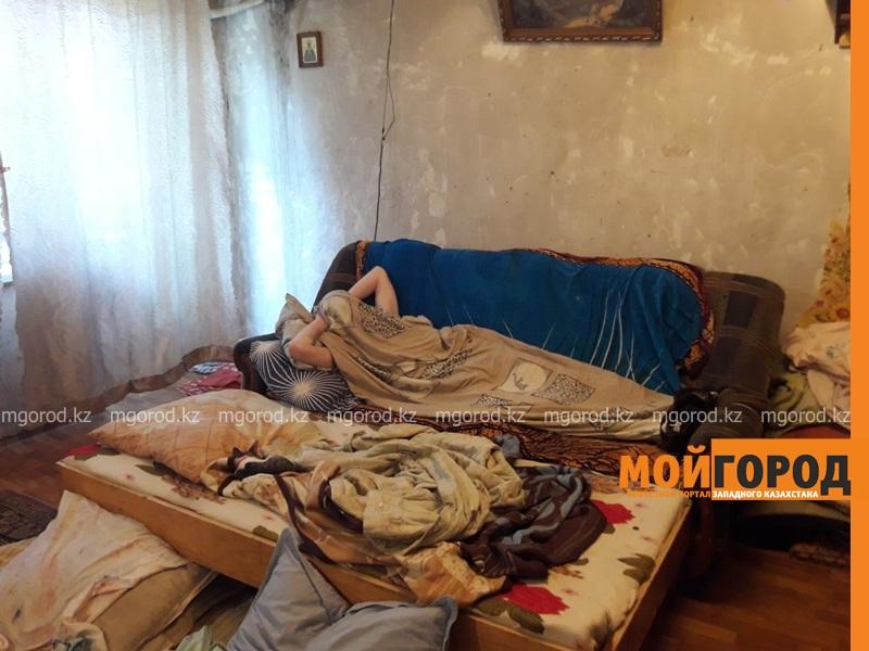 Новости Атырау - В Атырау родители-инвалиды не могут собрать двойняшек в школу