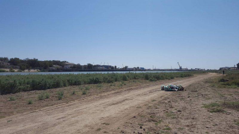 Около 2 тонн мусора собрали волонтеры на набережной реки Урал в Атырау