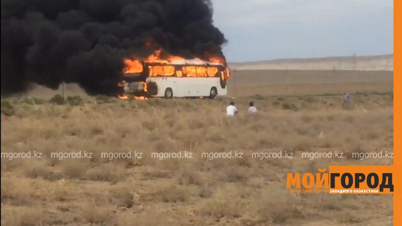 Новости Актау - В Актау на трассе сгорел автобус, перевозивший вахтовиков avtobus pozhar
