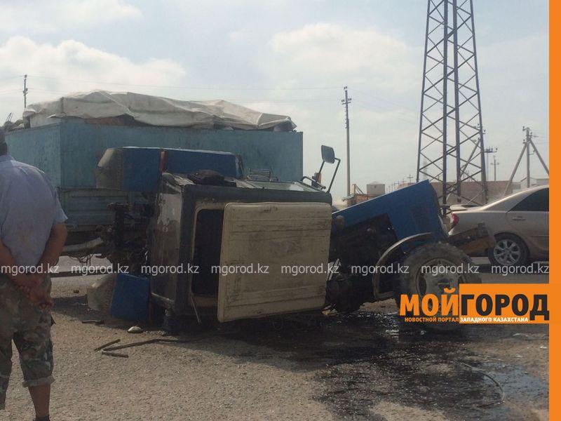 Новости Актау - В Актау из-за столкновения с легковым автомобилем трактор переломился пополам