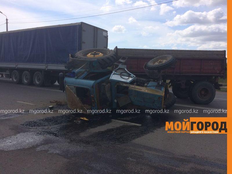 Новости Уральск - В Уральске из-за столкновения с фурой перевернулся трактор