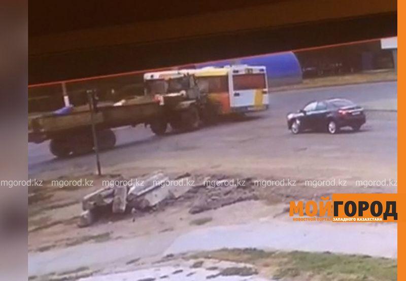 Новости Уральск - Три пассажира пострадали в результате столкновения трактора с пассажирским автобусом