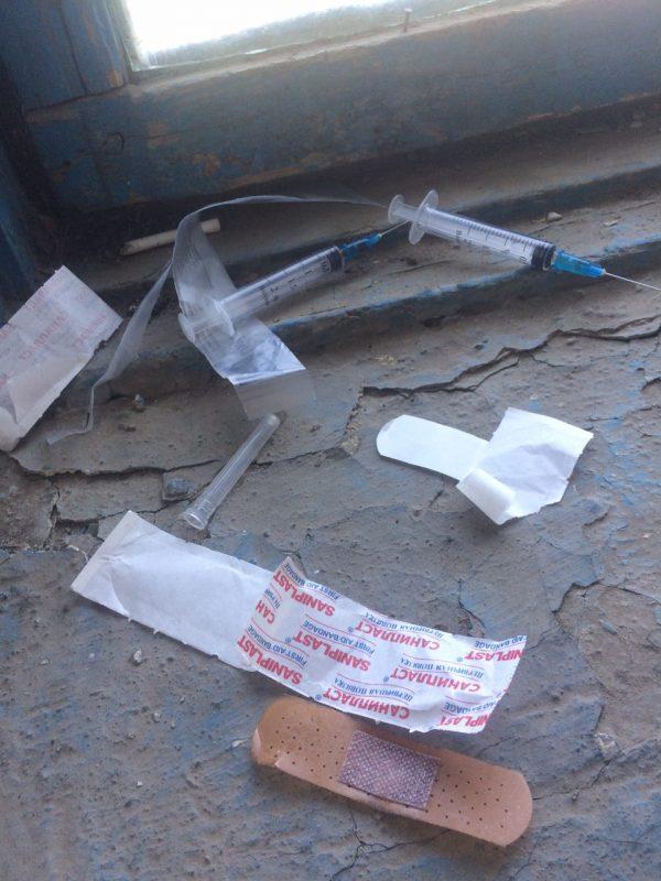 Новости Атырау - На разбросанные шприцы с кровью в подъезде многоэтажки пожаловались жители Атырау