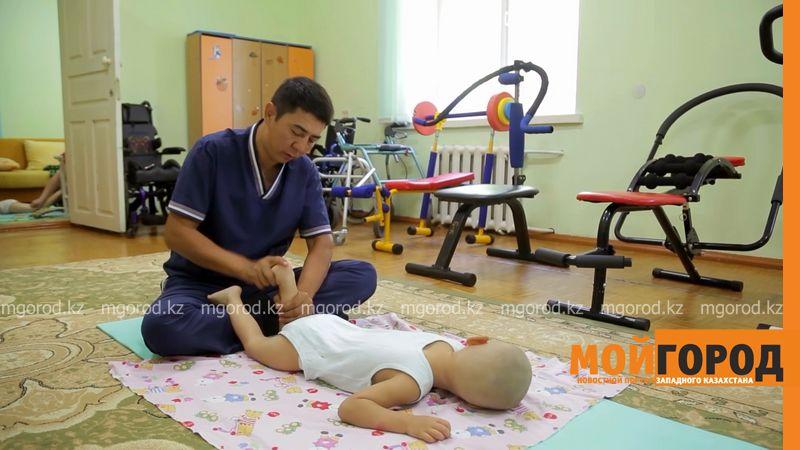 Бизнесмен из Уральска собирает деньги, чтобы обеспечить вертикализаторами детей-инвалидов Казахстана