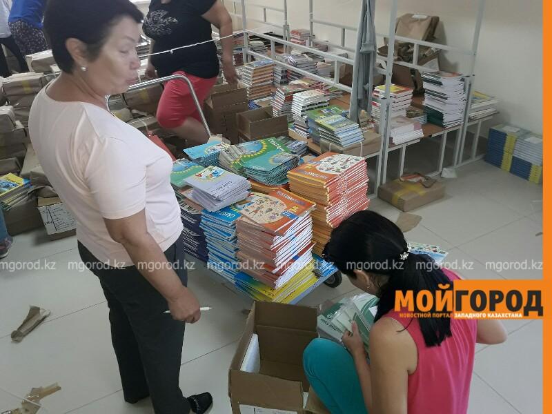 Новости Атырау - В Атырау прибыл первый вагон с учебниками от издательства «Бобек»