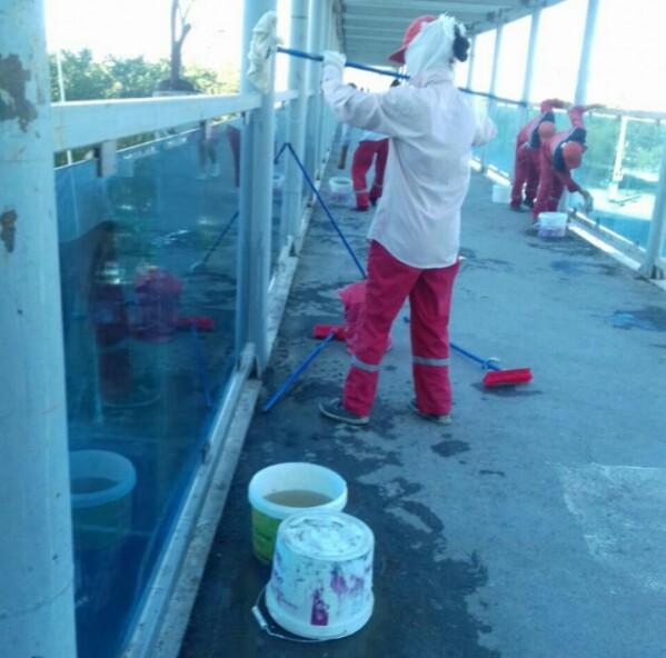 Новости Атырау - В Атырау после жалоб жителей отмыли оплеванный пешеходный мост