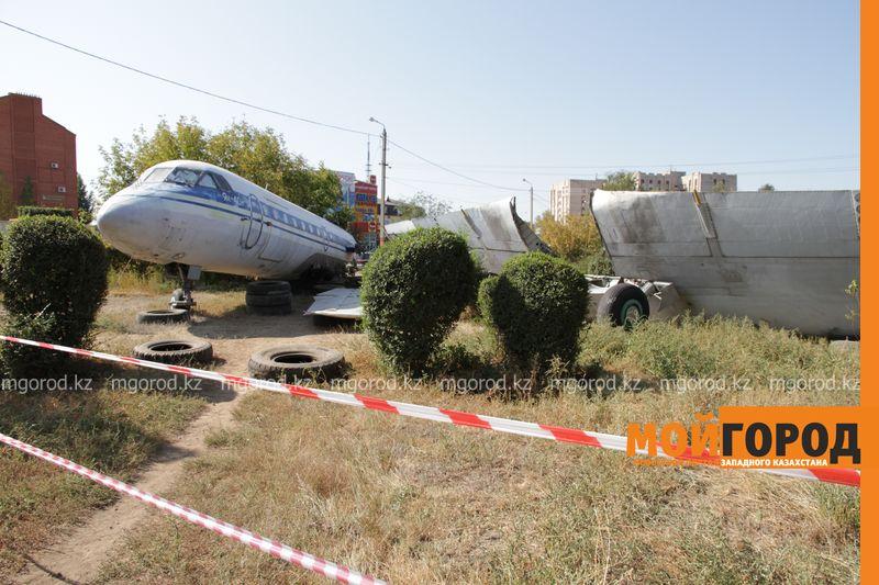 Уральцев шокировал самолет рядом с детской площадкой