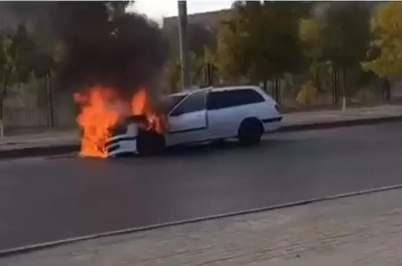 Новости Атырау - В центре Атырау сгорел автомобиль (видео)