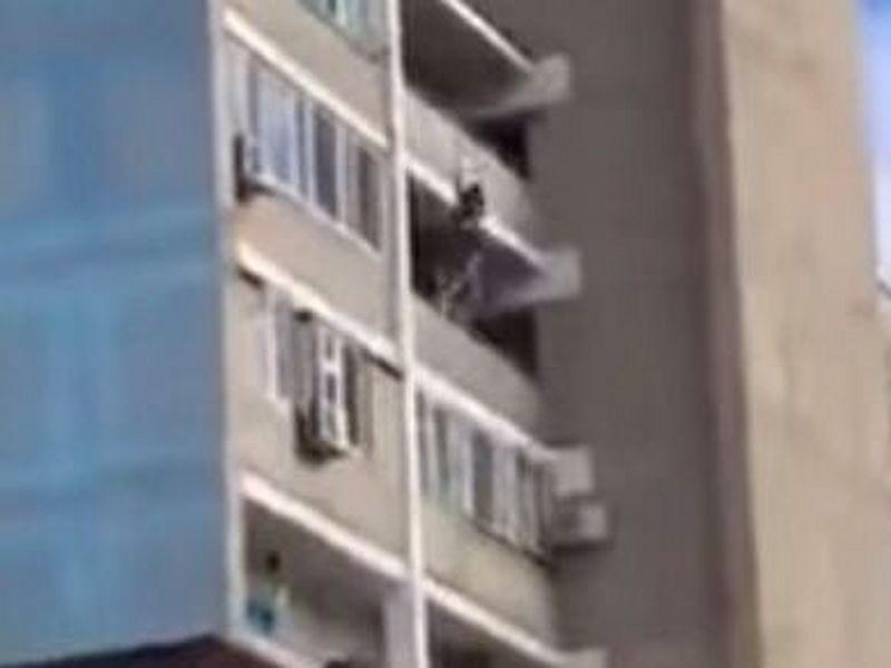 Новости Актау - Двое мужчин в Актау поймали выпавшую с девятого этажа девушку