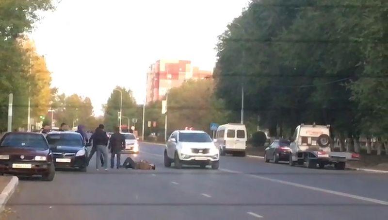 Толпа парней избила мужчину на проезжей части в ЗКО