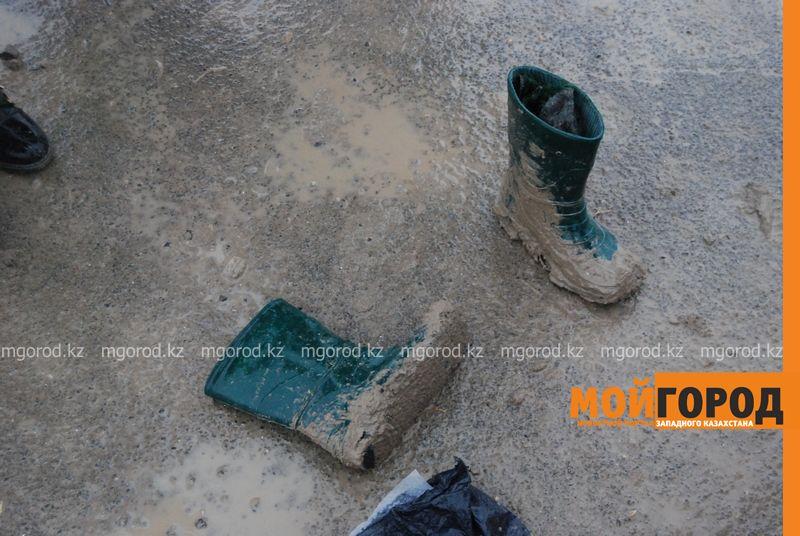 Новости Атырау - Из-за непролазной грязи дети не смогли попасть в школу в Атырау