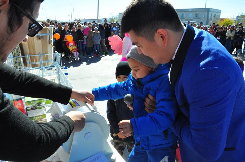 """Новости Атырау - В Атырау гипермаркет """"MASTER"""" отправил победителя розыгрыша на отдых в Эмираты"""