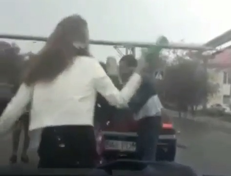 Новости Атырау - Полицейский установили личности дерущихся в Атырау парня и девушек