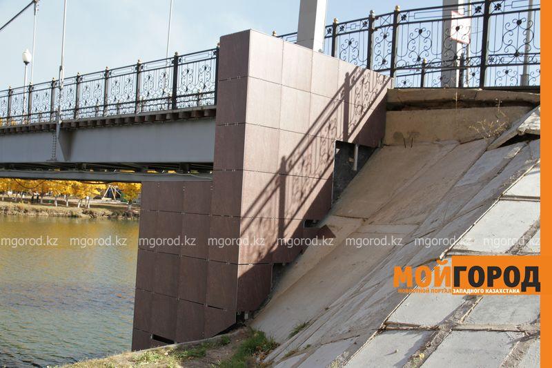 Новости Уральск - Обвалившийся фасад моста в парке Уральска отремонтирует подрядчик - отдел строительства
