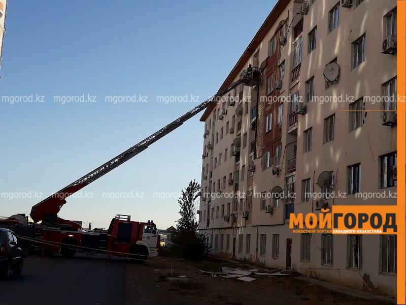 Новости Атырау - В Атырау восстанавливают обшивку дома, обвалившуюся от ветра