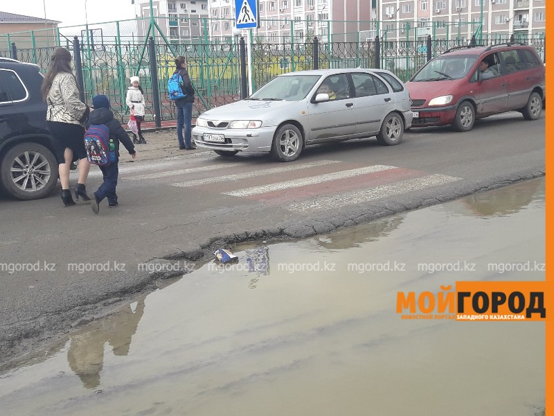 Новости Атырау - Последствия дождя в Атырау: к школам невозможно пройти (видео)