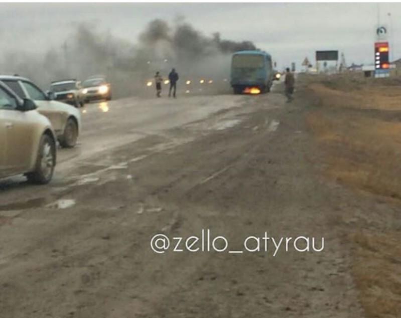 Новости Атырау - Автобус загорелся у заправки в Атырауской области (видео)