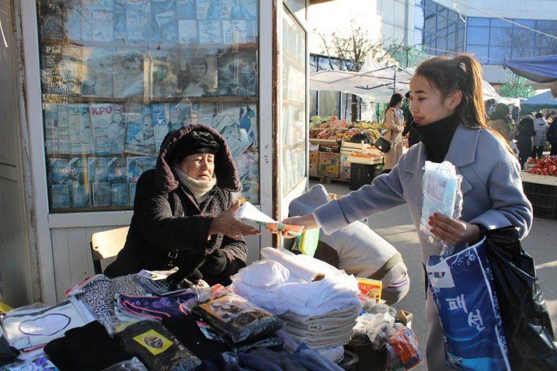 Жителям Атырау бесплатно раздали медицинские маски