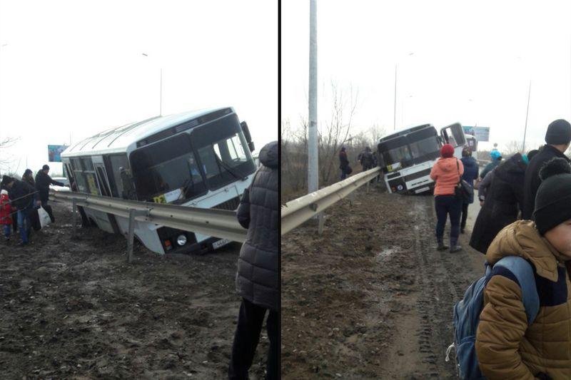 В Уральске пассажирский автобус слетел в траншею