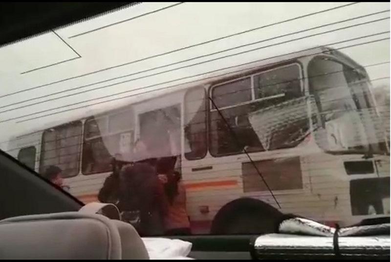В Атырау кондуктор не впустила школьников в автобус (видео)