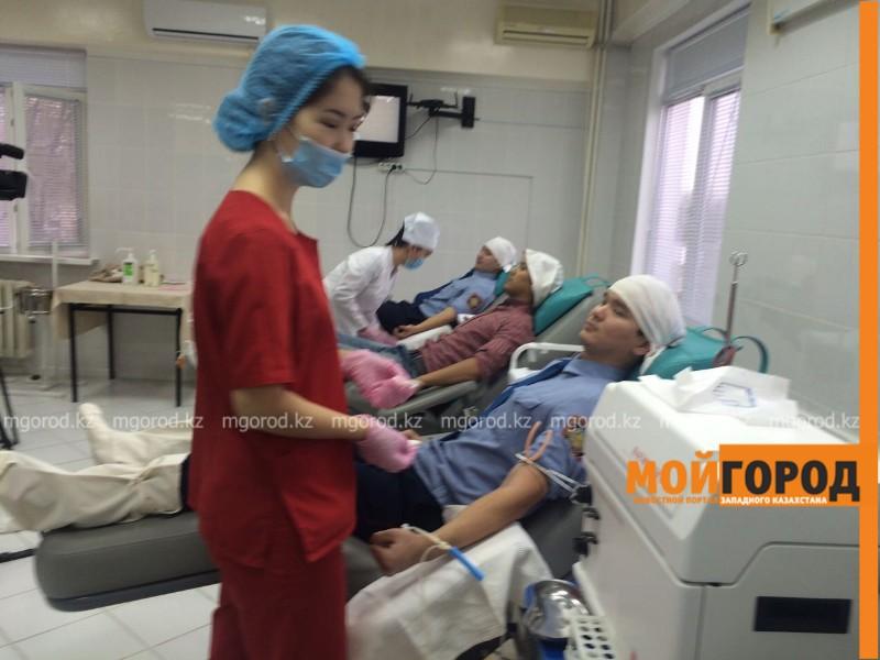 Полицейские Атырау сдали 12 литров крови для пострадавших в ДТП