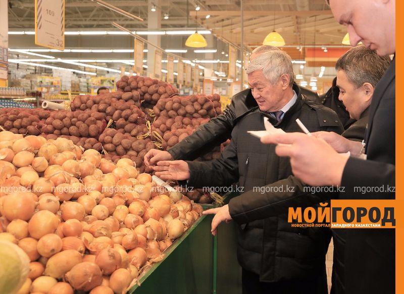 Новости Актобе - Аким Актюбинской области ходил по рынку и просил не повышать цены