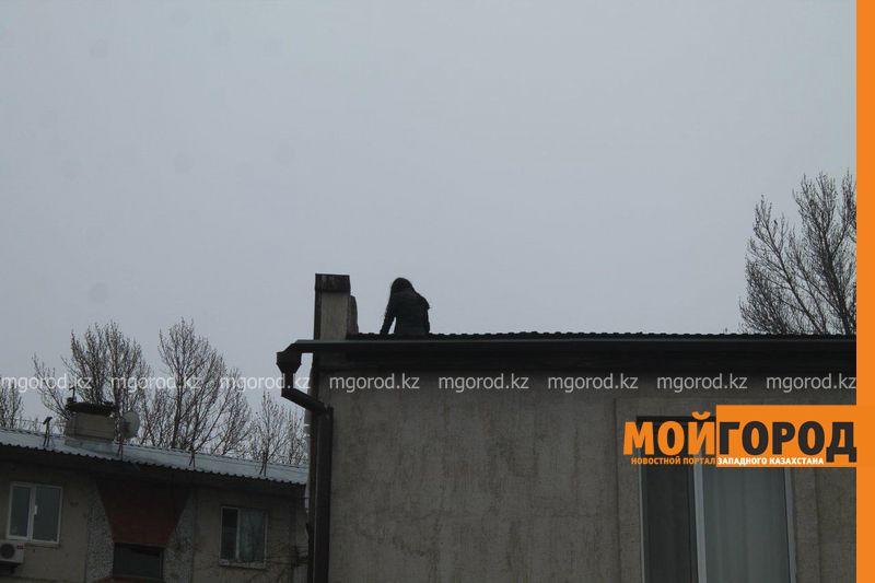 Новости Уральск - В Уральске спасатели сняли с крыши девушку, пытавшуюся совершить суицид