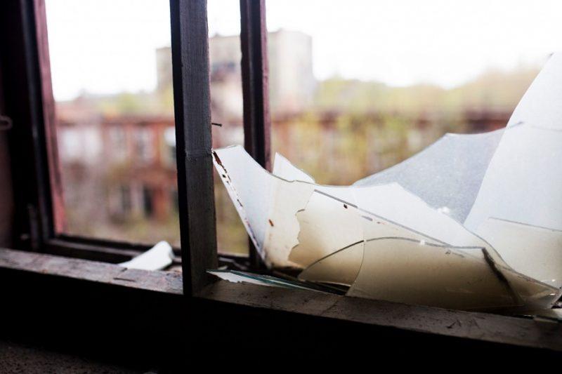 Новости Атырау - Хулиган выбил окна в почтовом отделении и семейной амбулатории в Атырауской области