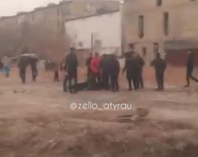 Новости Атырау - Видео массовой драки подростков в Атырау попало в сеть