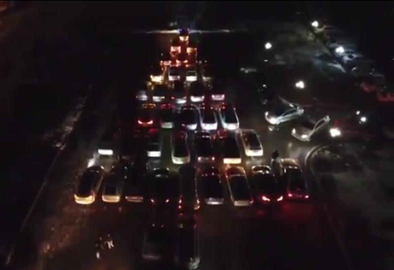 Новости Атырау - 50 автомобилей выстроились в форму елки в Атырау