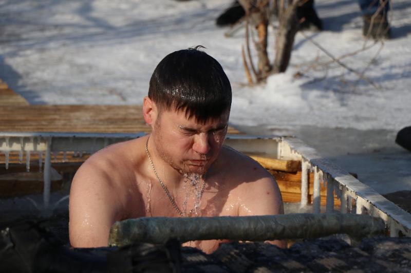 Новости Атырау - Более тысячи жителей Атырауской области окунулись в реку Урал (видео)