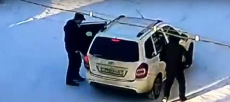 Новости Уральск - Двое мужчин с игрушечным пистолетом напали на таксиста в Уральске (видео)