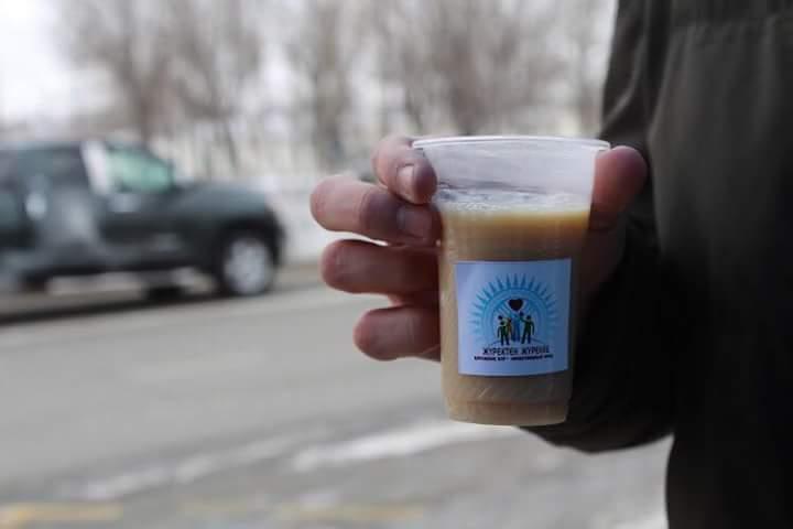 Новости Атырау - Горячим чаем и пирожками угощали прохожих волонтеры в Атырау