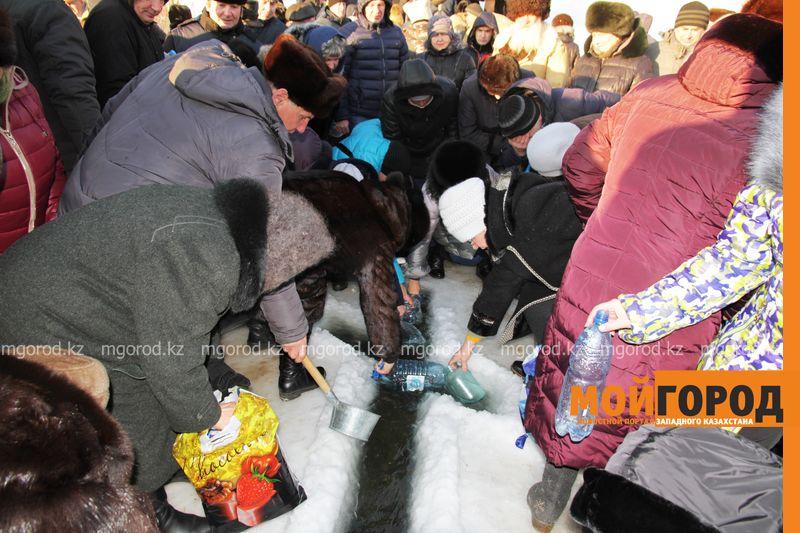 Новости Уральск - Несмотря на сильный мороз сотни жителей Уральска окунулись в прорубь (фото, видео)
