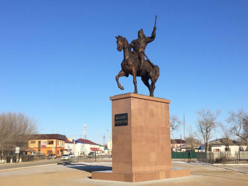 Новости Атырау - Памятник Махамбету Утемисову установили в Атырауской области