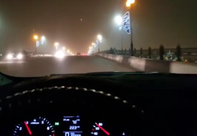 Автомобилист из Атырау бесплатно возит людей из-за морозов (видео)