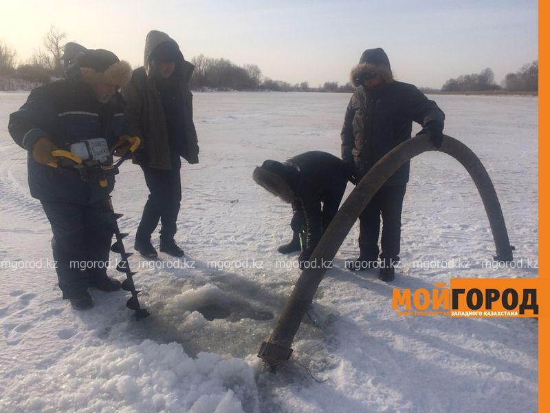 На 148 водоемах ЗКО бурят лунки для спасения рыбы от замора