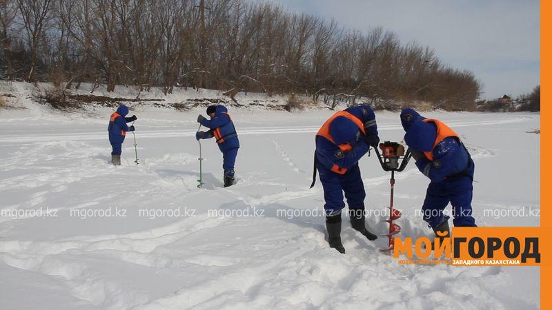 3400 лунок прорубили спасатели для снижения прочности льда в ЗКО