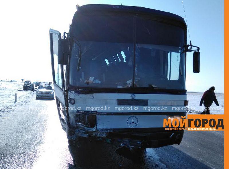 """Новости Уральск - 50 граждан Узбекистана находились в автобусе, столкнувшемся с """"легковушкой"""" полицейского в ЗКО"""